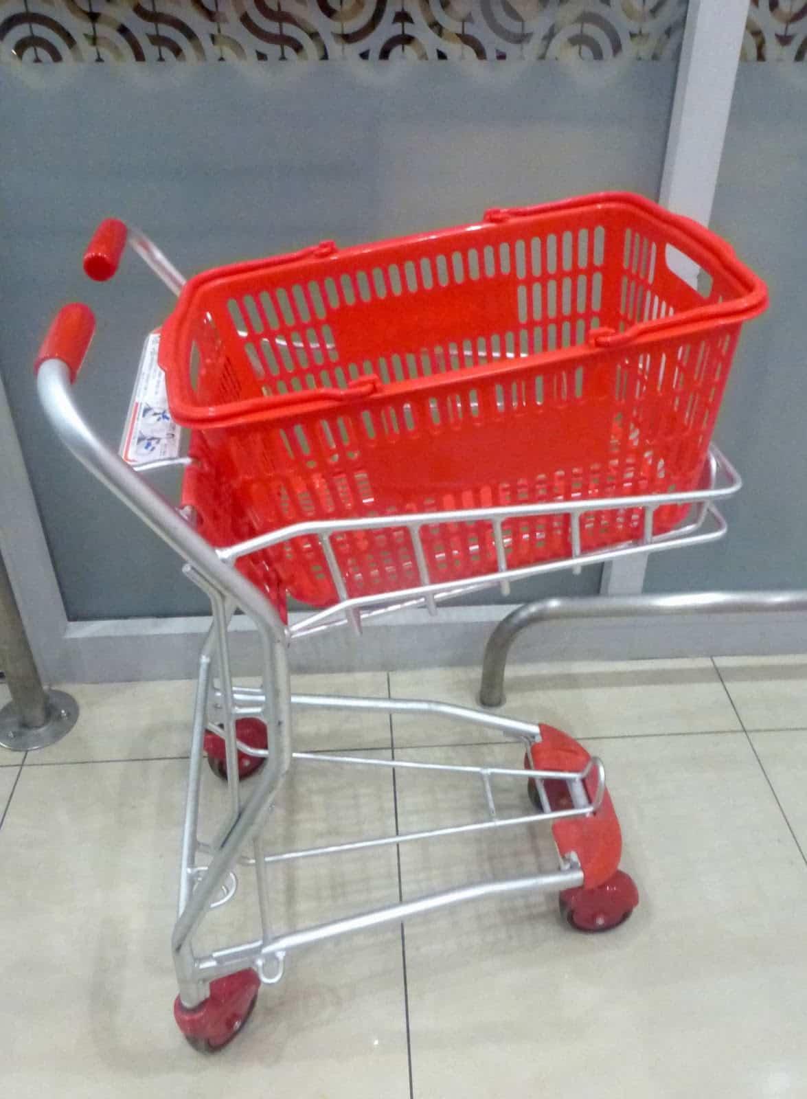 xe đẩy đựng giỏ hàng ở siêu thị nhật bản